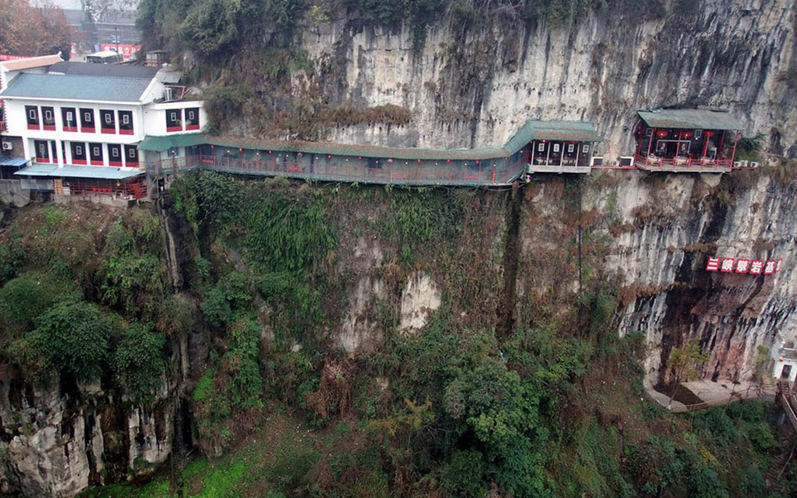 fangweng-hanging-restaurant-yichang-china-outer-view